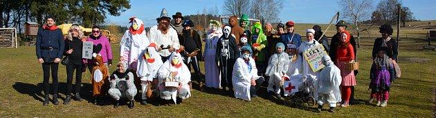 Masopustního průvodu vRoseči se zúčastnilo na třicet maškar.