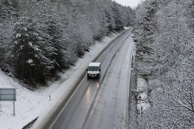 Sníh zasypal dnes ráno celé Jindřichohradecko. Všechny silnice jsou ale naštěstí sjízdné.