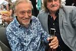 K osmdesátým narozeninám dostal Karel Gott lahev jindřichohradeckého Tuzemáku od místní likérky Fruko-Schulz.