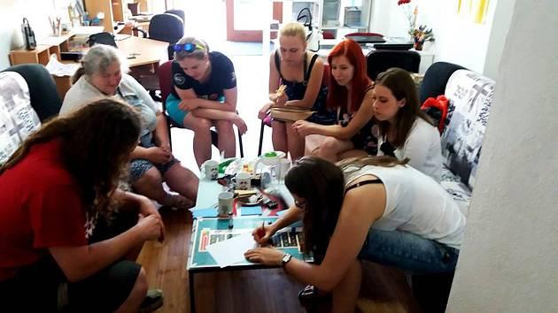 V Informačním centru pro mládež může kdokoli každý čtvrtek přijít do anglického klubu.