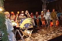 Dětský sbor Nova Domus z 1. základní školy rozezpíval jindřichohradecké náměstí Míru.
