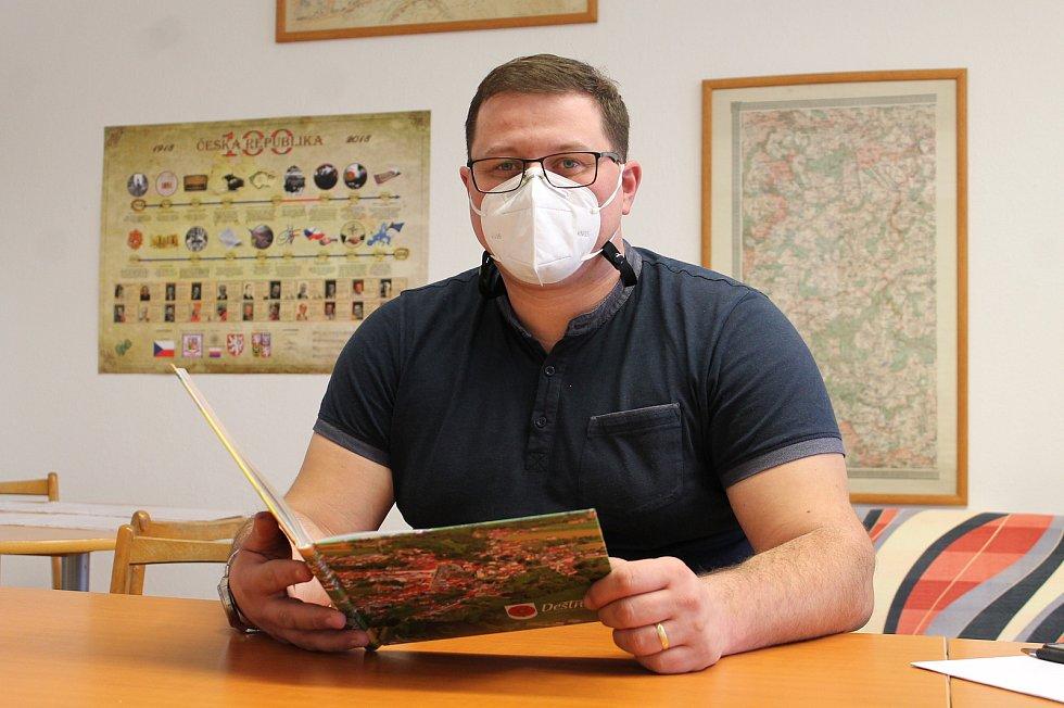 Deštná na Jindřichohradecku má i v lednu své kouzlo. Na snímku je starosta města David Šašek.