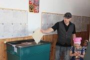 Sobotní ráno ve volební místnosti v deštenské hasičárně.
