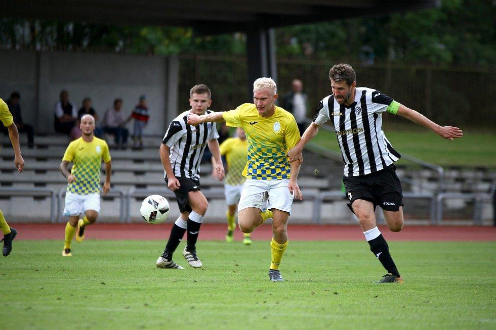 Jindřichohradečtí fotbalisté vstupují do druhé části sezony s cílem udržet divizní soutěž. Na snímku uprostřed záložník Filip Votava.