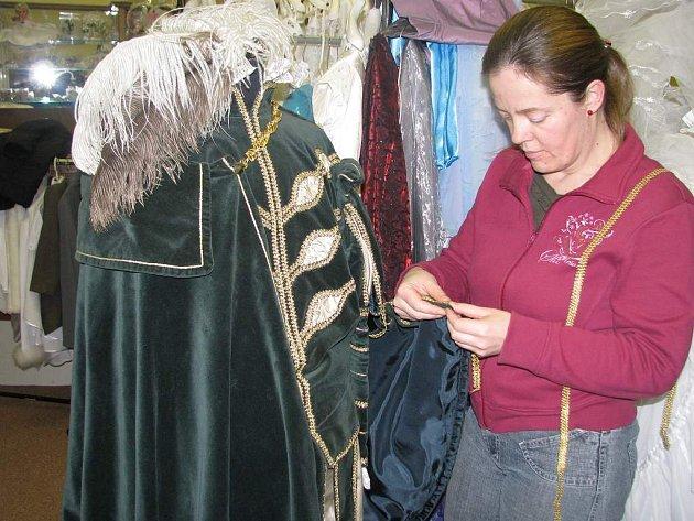 Historické kostýmy šije Zdenka Chadtová ve svém třeboňském salonu Renesance.