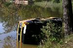 U Cepu na Suchdolsku spadlo auto do rybníka. Na místě zasahovali i suchdolští hasiči.