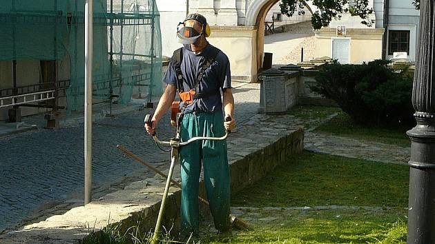 Na snímku je Zdeněk Nový z firmy Mihos při sečení trávy u zámku v J. Hradci.
