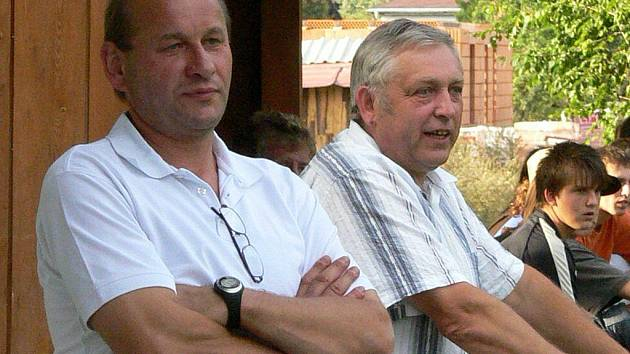 Trenér fotbalistů Nové Včelnice Miloš Strachota (vlevo) bude mít společně se svým asistentem Milošem Prokýškem během zimní přestávky za úkol připravit svěřence tak, aby se v jarní části sezony co nejrychleji vymanili ze spodních příček krajské I. B třídy.