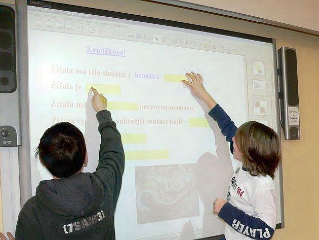 VZDĚLÁNÍ. Nová učební pomůcka zpříjemňuje výuku přírodopisu šesté třídy Michalu Hanzalovi a Davidu Pickovi (zleva).