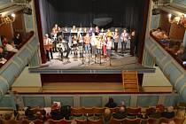 V Třeboni se zpívání koled nakonec odehrálo kvůli dešti v divadle.