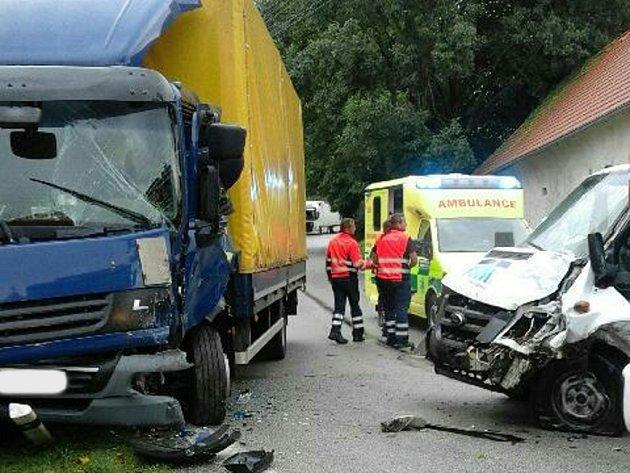 V ostré zatáčce v Nové Olešné se střetla dodávka s kamionem. Řidič nákladního vozu utrpěl zranění.