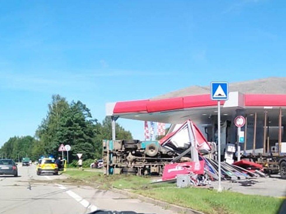 Kuriozní nehoda tří kamionů na čerpací stanici u Řečicky v Jindřichově Hradci, po které jeden z nich zůstal ležet na boku.