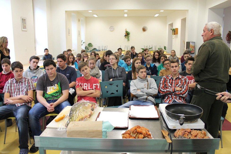 Beseda o rybách a ukázky filetování kapra na 1. základní škole v Jindřichově Hradci předvedl student Adam Rytíř ze Střední rybářské a vodohospodářské školy Jakuba Krčína v Třeboni.