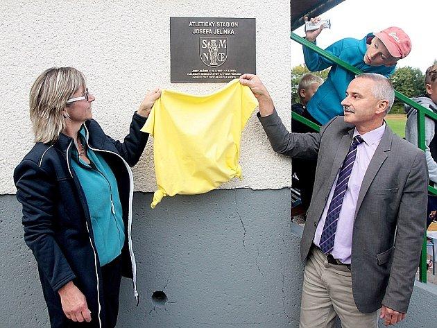 Pamětní desku na počest Josefa Jelínka na včelnickém stadionu odhalili jeho dcera Iva Berková a starosta města Karel Dvořák.