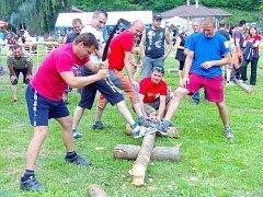 Hasiči v Bílkově uspořádali soutěže Dřevorubec a buchta roku.