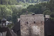Černá věž hradeckého zámku, kterou zdolal biker Jan Šmíd, měří dvaatřicet metrů.