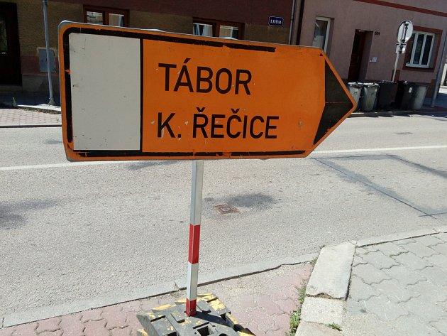 Silnice zJindřichova Hradce na Kardašovu Řečici a Prahu bude uzavřená kvůli opravě přejezdu na Barboře.
