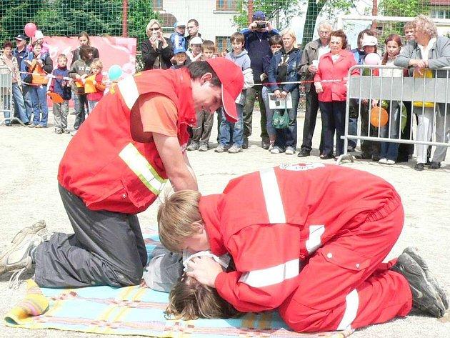 Členové jindřichohradeckého červeného kříže ukazují umělé dýchání.