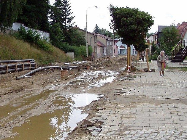 OPRAVY. Snímek je z  ulice 9. května v Dačicích.