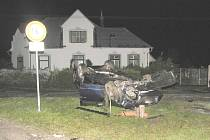 Pohled na havarované auto po nehodě u Dvorů nad Lužnicí.