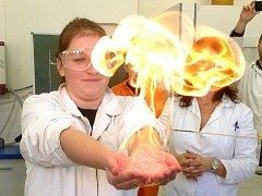 Žáci ze 4. základní školy v Jindřichově Hradci si užili den s chemickými pokusy na gymnáziu v Českých Budějovicích.