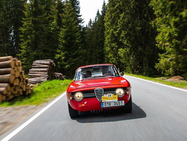 Vítězové premiérového ročníku Spring Classic. Štěpán Pance navigovaný otcem Albertem a jejich Alfa Romeo Giulia Sprint GT Veloce (1967).