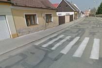 Přechod pro chodce ve Václavské ulici, kde auto srazilo chodkyni.