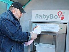 Ludvík Hess, zakladatel babyboxů, při představování boxu nové generace v Jindřichově Hradci.