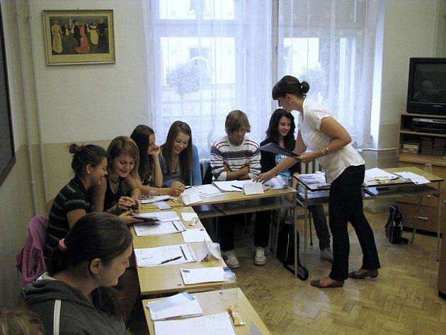 UČENÍ. Letní opakovací kurz anglického jazyka vyučuje na snímku Patricie Vondrková z Jazykové školy Level.