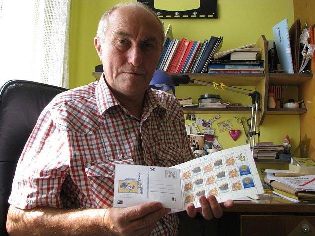 Jan Kozel je předseda Klubu filatelistů v Jindřichově Hradci.