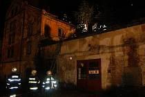 Likvidace požáru historického pivovaru v centru J. Hradce pokračovala i v nočních hodinách.