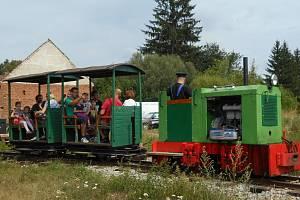 V zahradní železnici jezdí vlak tažený parní lokomotivou.