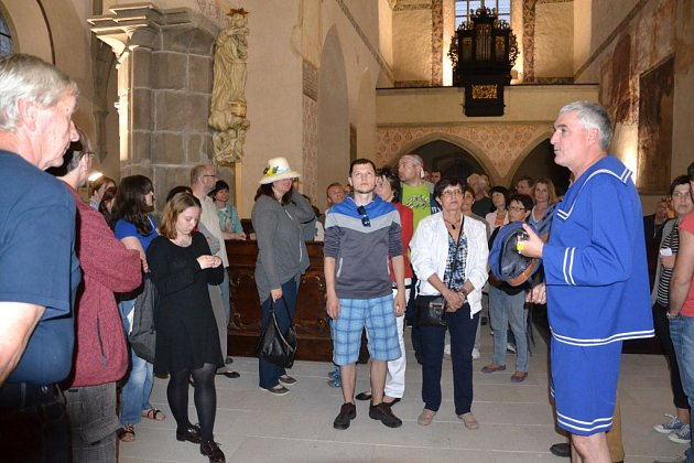 Noc kostelů v J. Hradci láká davy lidí.
