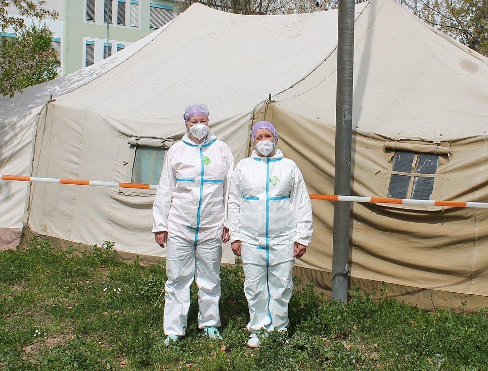 Zdravotní sestry Martina Harvánková (vlevo) a Iva Nováková pracují v odběrovém centru spolu s dalšími dvěma kolegy.