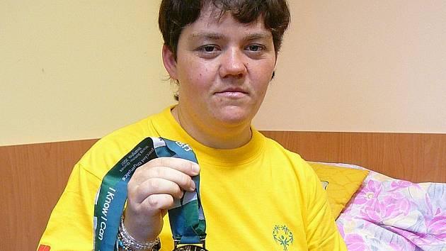 ZLATÁ MEDAILE. Takhle vypadá medaile za první místo ze Světových her speciálních olympiád. Na snímku je cyklistka Anna Žáčková z Domova Pístina, která ji v Šanghaji vybojovala.
