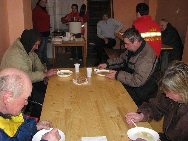 V bývalé prodejně ryb v Panské ulici dostanou bezdomovci čaj, polévku a mohou posedět v teple.
