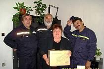 Dobrovolní hasiči z Branné předali třeboňskou sbírku starostce města Zákupy Miloslavě Hudakové.
