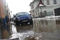 Havárie vody na Staré cestě.