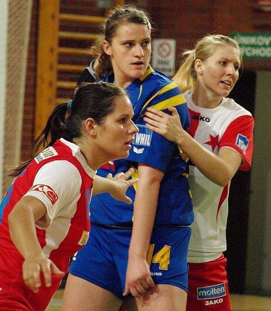 Iveta Matoušková (uprostřed, v obležení dvou slávistek) patří k nejvytíženějším hráčkám jindřichohradeckých házenkářek, které v sobotu na domácí palubovce podstoupí třetí utkání série o 3. místo v nejvyšší soutěži žen (18 hodin).
