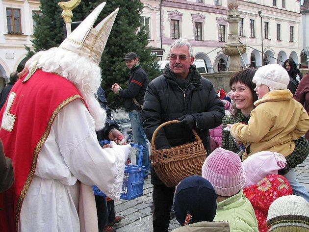 Mikulášská nadílka u vánočního stromu v Třeboni.