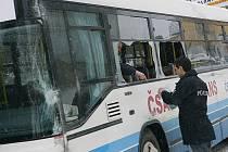 Dva autobusy se srazily v úterý  odpoledne v Kamenném Újezdě. Podle cestujících jel jeden z řidičů příliš rychle.