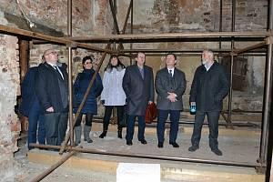 Při návštěvě Jindřichova Hradce si ministr kultury Antonín Staněk prohlédl také ruinu pivovaru.