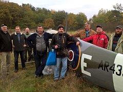 Členové Klubu historie letctví převezli do Deštné repliku letounu Spitfire.