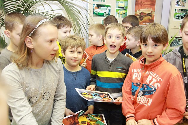 Čtvrťáci z 5. základní školy v Jindřichově Hradci pomáhali s přípravou výstavy.