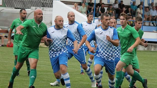 Fotbalisté Studené (v modrobílém) a Lomnice po úvodním kole I. B třídy určitě netušili, že se ani druhá sezona v řadě nedokončí.