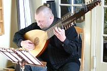 Na každou z pěti louten, které hudebník s sebou přivezl, zahrál posluchačům i několik kratších skladeb.