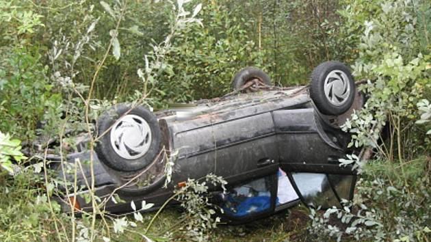 Pohled na havarované auto u Majdaleny, ve kterém zemřelo tříleté dítě.