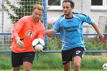 Třeboňský gólman Tomáš Skála v souboji s dražickým Marianem Horkou.