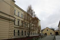 Pohled na boční fasádu budovy 1. základní školy v jindřichohradecké Štítného ulici.