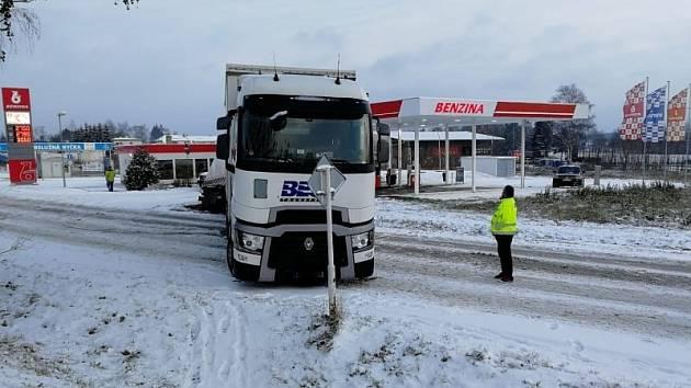 Kamion blokuje dopravu ve Václavské ulici poblíž Penny marketu.